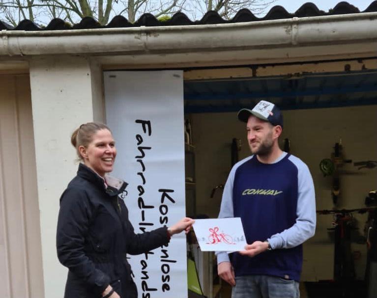 Wiebke Osigus spendet Fahrradwerkstatt Wunstorf